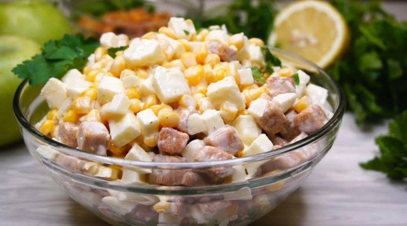 Салат с сардинами, кукурузой, яблоком и сухариками