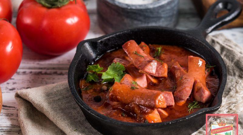 Сосиски на сковороде, тушенные в томатном соусе