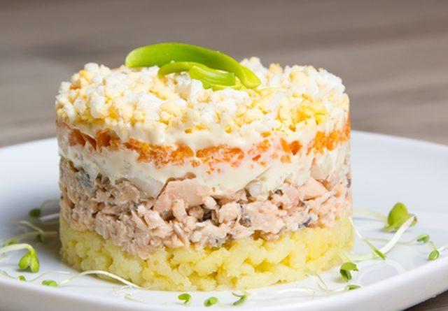 """Салат """"Мимоза"""" из лосося с сыром"""