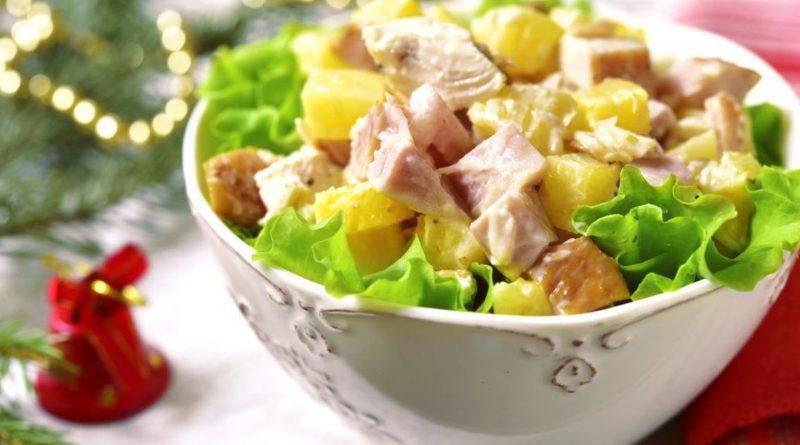 """Салат """"Оливье"""" с копчёной курицей и ананасами"""