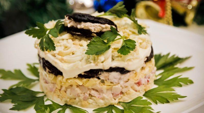 Слоёный салат с курицей, грибами и черносливом