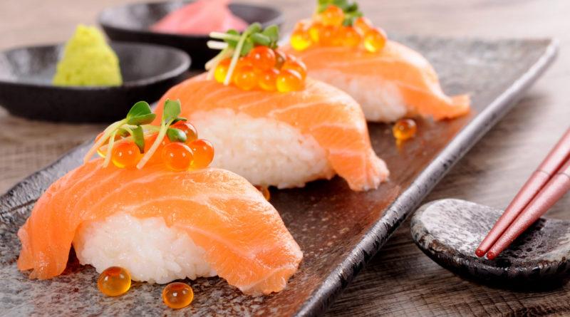 Быстрые суши из лосося и риса