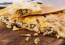 Пирог из слоеного теста с грибами и сыром.